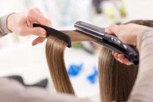 come piastrare i capelli